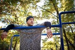 O homem ativo considerável saudável com o corpo muscular do ajuste que faz o exercício exercita Esportes e conceito da aptidão fotos de stock