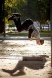 O homem ativo considerável saudável com o corpo muscular do ajuste que faz o exercício exercita Esportes e conceito da aptidão fotos de stock royalty free