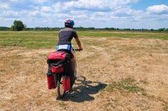 O homem ativo em um Mountain bike monta ao longo do Fotografia de Stock Royalty Free
