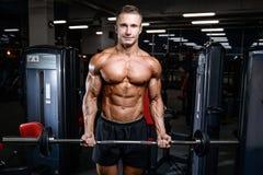 O homem atlético do poder considerável no treinamento da dieta que bombeia acima muscles foto de stock