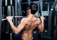 O homem atlético elabora no treinamento da classe do gym Imagens de Stock Royalty Free