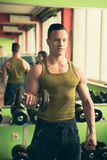 O homem atlético novo dá certo na aptidão - exercício do gym Imagem de Stock