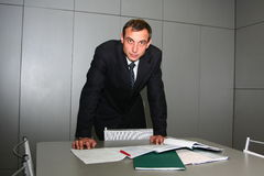O homem atrás de uma tabela com originais Foto de Stock