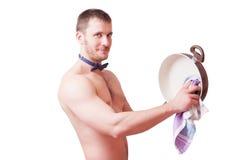 O homem atrativo com uma toalha limpa a bandeja limpa Foto de Stock