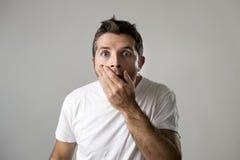 O homem atrativo novo surpreendido surpreendeu na expressão da cara da surpresa de choque e na emoção de choque Imagens de Stock