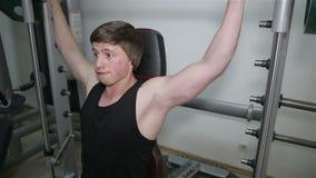O homem aumenta a barra no gym filme