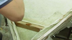 O homem aumenta a construção de madeira com revestimento do gel e fibra sintética video estoque