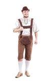 O homem bávaro de sorriso na camisa e no couro arfa Imagem de Stock