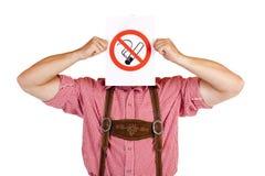 O homem bávaro prende o sinal da nenhum-fumar-régua Fotografia de Stock