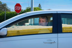 O homem bêbado do motorista no carro enchido com a cerveja que mostra o pode couro cru do ` t que conduz quando intoxicado foto de stock royalty free