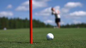 O homem bate a bola de golfe Campo de golfe video estoque