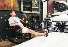 O homem bebe a cerveja na neve do inverno durante o st noroeste do verão fotos de stock royalty free