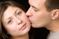 O homem beija a mulher nova. Foto de Stock Royalty Free