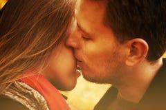 O homem beija uma mulher Fotos de Stock Royalty Free