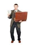 O homem bem sucedido começ o dinheiro fora de uma mala de viagem Fotografia de Stock Royalty Free