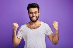 O homem bem sucedido consegue seus objetivos, ganhou a loteria foto de stock royalty free