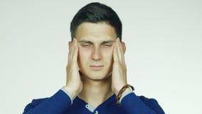 O homem bonito novo tem uma dor de cabeça Vídeo em um fundo branco filme