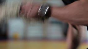 O homem borrado novo é contratado com cordas no Gym vídeos de arquivo