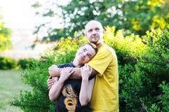 O homem calvo abraçou uma menina Fotos de Stock Royalty Free