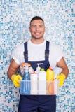 O homem caseiro novo atrativo está limpando o seu Imagens de Stock