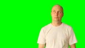 O homem caucasiano branco adulto gesticula com tela verde Olhar acima de pensamento ameaça o dedo da mão do punho Superior - meio filme