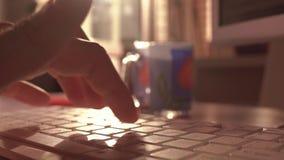 O homem cede o teclado de computador Datilografia Unconfident do usuário O tiro raso do foco 4K, parte traseira iluminou-se, core vídeos de arquivo