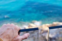 O homem cede o trilho na frente do mar fotografia de stock