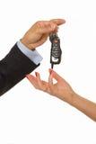 O homem cede um grupo de chaves do carro e de alarme do carro fotos de stock