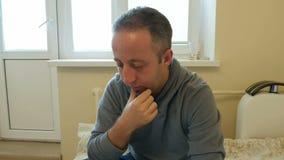 O homem centrou-se sobre o trabalho ou meios sociais em seu portátil video estoque