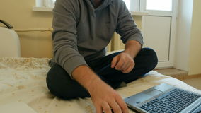 O homem centrou-se sobre o trabalho ou meios sociais em seu portátil vídeos de arquivo
