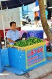 O homem chinês vende nozes de bétele Fotos de Stock