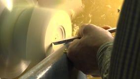 O homem cinzela na madeira Ofício popular Madeira Tecnologia popular definição 4K video estoque