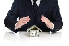 O homem cobre o dinheiro da casa Imagem de Stock