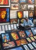 O homem com as imagens Imagens de Stock Royalty Free