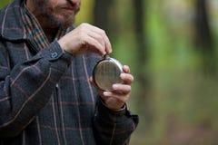 O homem com barba abre a garrafa Fotos de Stock