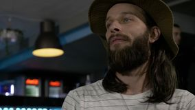 O homem com barba e cabelo longo que come com o prato delicioso dos amigos preparou-se por cozinheiro chefe experiente filme