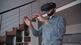 O homem com barba e vidros 3d virtuais está estando mover-se de 360 vistas video estoque