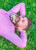 O homem com a barba na cara de sorriso aprecia a natureza Moderno com o ramalhete das margaridas na barba que relaxa Una com a na fotografia de stock royalty free