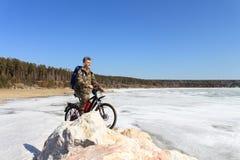 O homem com bicicleta Foto de Stock