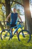 O homem com bicicleta aprecia férias de verão Fotografia de Stock Royalty Free