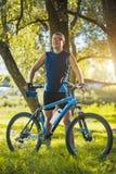 O homem com bicicleta aprecia férias de verão Fotos de Stock