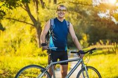 O homem com bicicleta aprecia férias de verão Fotos de Stock Royalty Free