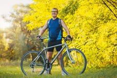 O homem com bicicleta aprecia férias de verão Foto de Stock Royalty Free