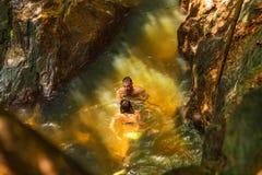 O homem com câmera da ação grava sua natação da amiga em um wate Imagens de Stock Royalty Free