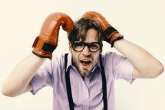 O homem com cerda e a cara assustado veste luvas de encaixotamento Indivíduo fraco na posição inábil Competição e esporte intelig foto de stock