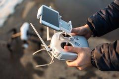 O homem com controlo a distância prepara a câmara digital branca do zangão para o voo do começo no inverno Imagens de Stock