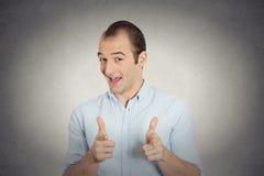 O homem com duas mãos atira no gesto do sinal que aponta em você a câmera Imagens de Stock