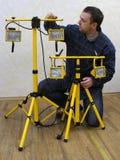 O homem com equipamento de iluminação Fotografia de Stock Royalty Free