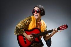 O homem com guitarra Imagem de Stock