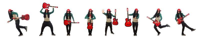 O homem com a guitarra no conceito musical no branco imagens de stock